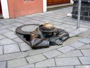slovacchia-bratislava-la-statua-cumil-di-bratislava