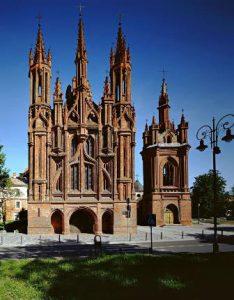 lituania-vilnius-la-chiesa-di-santa-anna-di-vilnius