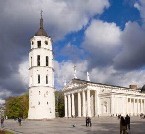 lituania-vilnius-la-piazza-della-cattedrale-di-vilnius